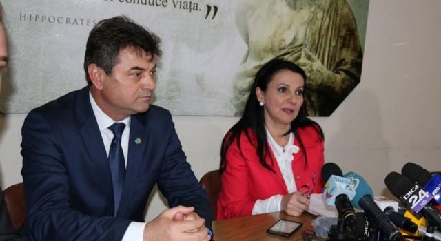 Însărcinată de PSD cu spălarea cadavrelor managerilor de spitale cu probleme, ministresa Sorina Pintea a fost trimisă cu sorcova prin țară în vizite de lucru nocturne. Însoțită de camere […]