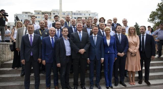 A fost întâmpinat cu entuziasm de oameni care s-au înghesuit să dea mâna cu el! Președintele Klaus Iohannis a participat în week-end la două acțiuni ale PNL, care au beneficiat […]