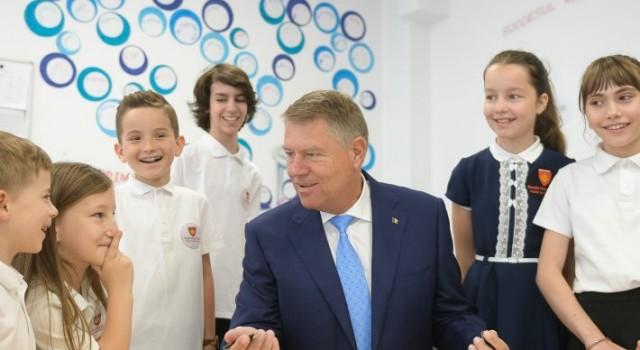 Din postura de președinte al României în spațiul public apar adesea fotografii oficiale cu președintele Klaus Iohannis. Însă dincolo de imaginea de șef de stat, care participă la întâlniri oficiale, […]